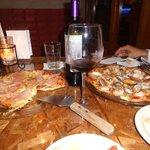 pizza de prosciutto y pizza de mariscos