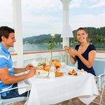 Frühstücken auf der Werzer's Beach Club Terrasse