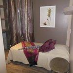 lit simple dans chambre triple