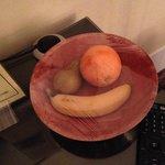 встречают фруктами :-)