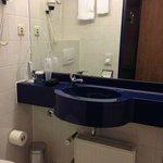 Badezimmer mit guter Ablagefläche