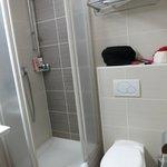 Душевая кабина в ванной стандартного двухместного номера