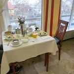 Столик на двоих за завтраком в столовой отеля