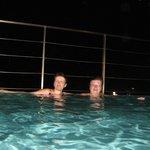 Вечером на крыше отеля, в бассейне.
