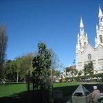 中心の公園と教会