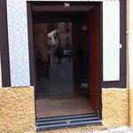 Calle Rosario.  Entrada Taberna El Aviso