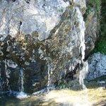 Agua saliendo de las piedras