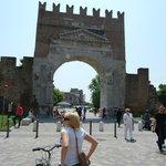 арка Августа в центре города
