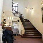 Ресепшн в хостеле и лестница на второй этаж