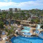 Blick vom Zimmer auf Pool und Stadt