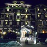 Facciata dell'hotel di sera