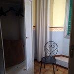 Armadio e sedia della stanza.