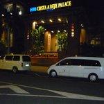 Hotel bei Nacht, Haupteingang