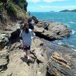 Praia do Canto camiando hacia Praia dos Amores