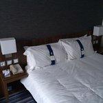 Cama con distintos tipos de almohadas