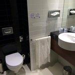 Baño, algo pequeño. Moderno y nuevo. Sin amenities.