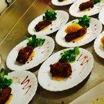 Foie gras poêlée en croute d'épices chutney pomme abricot, coulis mangue et sa fine roquette