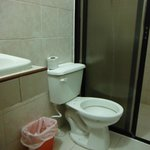 Baño incompleto: inodoro sin tapa.