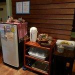 廊下に置かれた冷蔵庫とポット