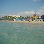 вид с пляжа на отель