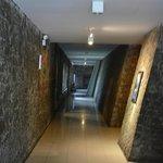 Отель оформлен природным камнем, очень стильно