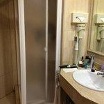 Salle de Bains du côté douche, la baignoire est de l'autre côté