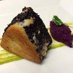 Toast di tonno, provola affumicata, olive taggiasche, sesamo nero tostato e cavolo cappuccio vio