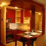 Cozinha equipada, louças, micro ondas, torradeira, forno-foção, cafeteira