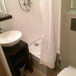 Salle de bain minuscule avec impossibilité de fermer la porte quand on est assis sur les wc !