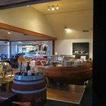 Restauranten, med skibet, hvor morgenmadsbuffeten bliver serveret fra
