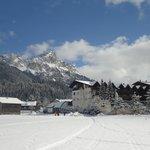 Blick auf Hotel Tyrol und das rot Flüh