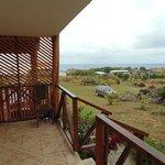 terraza - al fondo se aprecia el moai de Hanga Kio'e