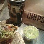 burrito e chips and guacamole