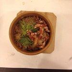 櫻花蝦油飯,櫻花蝦是那種在野柳風景區外就可買到的櫻花蝦真接灑在油飯上,而油飯聞起來像是蒸過好幾次,有著些許的臭酸味!