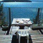 Comiendo algo mirando al lago, desde la pequeña terraza