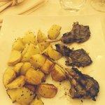 Costolette d'agnello e patate al forno
