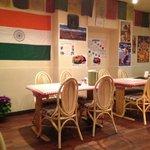 店内(向い側にはネパールの国旗が)