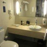 4. Holiday Inn Express City Centre Dalian - My Good Little Bathroom