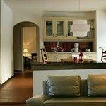 Küche mit Essplatz und Tür zum Garten