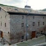 Fasaden mot landsbyen