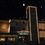 Vista serale con la neve dell'hotel Cristina