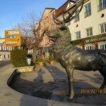 ヒルシュとは鹿のことらしく入口前に鹿の銅像。