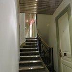 階段を下りた部屋でした。