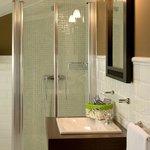 Baño con ducha de una habitación superior