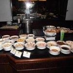 Teil des Frühstücksbufetts im Kandawgyi Palace Hotel