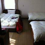 房間有一張大床,兩張單人床