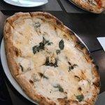 Pizza 4 queijos e ao fundo marguerita.