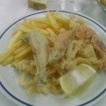 Fritto misto con patatine. Ottimo, abbondante e fritto con olio non vecchio (e si vede dal color