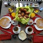 Délicieux petit déjeuner servi en chambre