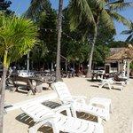 Blick vom Strand auf das Restaurant/die Bar